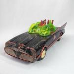 Brinquedo antigo de lata Bate e Volta - Batmóvel do famoso herói da DC Comics, o Batman. Brinquedo fabricado na década de 60 no Japão pela ASC. Funcionando. (veja o vídeo). Mede aproximadamente 30cm de comprimento. Uma das peças em cima do parabrisa foi refeita. Extremamente raro