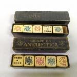 COLECIONISMO - Dois Antigos jogos de Dados para Poquer, Promocionais da ANTARCTICA, nas caixas originais, um deles fabricados pelo AZ DE OURO em São Paulo. Os logotipos da ANTACTICA são diferentes nos dois jogos. Em ambas as caixas está escrito BRINDE DA ANTARCTICA.