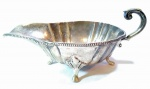 PRATA - Elegante e antiga, molheira em prata 900 com contraste do prateiro, magnificamente cinzelada. Apoiada sobre 4 pés turvos. Med 9x20x11 cm. Pesando aproximadamente: 294 gramas.