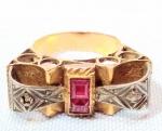 JOIA - OURO - PRATA - Lindíssimo e elegante e antigo anel português, em ouro amarelo e prata de lei com marcassitas, no estilo art deco, decorado ao centro Pedra ao centro, Possivelmente Ruby. Pesando aproximadamente 3,4 gramas. Aro - 11