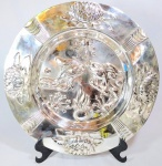 Espetacular e raro medalhão francês de coleção, art nouveau, séc XIX, em metal espessurado a prata, magnificamente cinzelada a mão, com borda decorada or Flores e galeria central, decorada por Cena de Carpas. Med 42 cm.