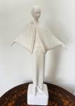 Linda escultura no estilo art déco, confeccionada em faiança. Med. 56 cm.