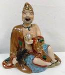 Antiga estátua de divindade chinesa em porcelana ricamente policromada , feições muito bem trabalhadas e com movimento da lingua . Vide filme . Mede: 17 X 15 CM