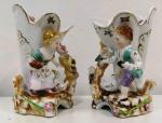 Par de floreiros austríacos em porcelana ricamente trabalhadas com crianças e policromadas com cores vivas. Medem: 15 X 8 CM