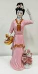 Linda estátua de Gueixa ricamente detalhanda com linda policromia rosa e detalhes em ouro. Mede: 41 cm