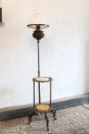 Linda mesa de canto em 2 estágios em metal envelhecido com abajur acoplado com cúpula em opalina branca. Haste central com ajuste de altura. Tampo das mesas em ônix. Med. 200x37 cm. Instalação nova.