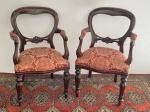 Par de cadeiras de braço em madeira nobre e ricamente estofada. Peças trazidas da Indonésia (Jacarta). Med. 95x54x48 cm.