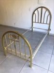 Antiga cama de solteiro em metal dourado com moldura pintada em tm branco. Med. 202x91x126 cm.