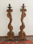 ARTE SACRA - Par de tocheiros, estilo Dom José, em madeira nobre. Séc. XIX. Ricamente entalhados. Alt. 120 cm. Parte superior adaptada posteriormente.