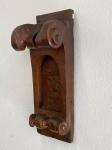 ARTE SACRA - Fragmento de altar em madeira nobre, com encaixes, prego ferreiro. Séc. XVIII. Estilo Dom José, ricamente entalhado. Med. 60x20x28 cm.