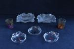 DEMI CRISTAL - Lote de 2 petisqueiras onduladas, 3 cinzeiros e 2 copinhos coloridos. Med. 5x18x18 cm e 2x11x10 cm.