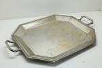 METAL -  Grande bandeja em metal espessurado a prata com alças. Med. 58x41 cm. Desgastes.