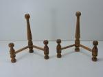 PINHO DE RIGA - Lote de 2 suportes para pratos. Med. 20x17 cm.