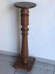 Coluna em madeira nobre torneada. Med. 103x31x31 cm.