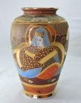 PORCELANA ORIENTAL - Lindo vaso floreira SATSUMA, ricamente policromado e com farta douração. Alt. 19 cm.