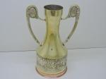 METAL - Belissíma jarra (Clarent Jung) em metal dourado, ricamente decorada em relevo e 2 alças laterais. Alt. 24 cm.