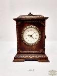 Relógio de mesa  moldura em madeira quartz a pilha. Medida 20 cm de altura, 11 cm de largura, 16 cm de comprimento.