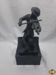 Escultura de violinista no telhado em bronze com base em mármore, assinado Aviva 2009. Medindo 38,5cm de altura, pesando 8,5kg.