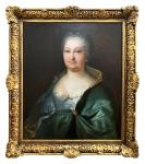 DONA MARIA ANNA DA ÁUSTRIA (ÁUSTRIA, 7 DE SETEMBRO DE 1683 - LISBOA, 14 DE AGOSTO DE 1754)   RAINHA DE PORTUGAL -  CONSORTE DO REI  DOM JOÃO V. OLEO SOBRE CANVAS, DEC. 1730. EM SUA HOMENAGEM FOI BATIZADA A CIDADE DE MARIANA EM MINAS GERAIS. IMPONENTE RETRATO DA RAINHA DONA MARIA ANNA PINTADO SOBRE CANVAS. A RAINHA É APRESENTADA TRAJANDO VESTES MAJESTÁTICAS E BELAS JÓIAS. O VESTIDO É EM  BROCADO AZUL E TEM MANTO EM SEDA NA NOTALIDADE VERDE. A OBRA É MAGNÍFICA. RETRATO EM ÉPOCA LIGEIRAMENTE ANTERIOR AO DESSE APRESENTADO NO PREGÃO FAZ PARTE DO ACERVO DO MUSEU DO PRADO NA ESPANHA (Proyecto de Sala de Retratos de los Reyes de la Casa de Austria y Borbón, Real Museo). VIDE NOS CRÉDITOS EXTRAS DESSE LOTE A FOTOGRAFIA DO QUADRO PERTENCENTE AO ACERVO DO MUSEU REAL DO PRADO. A OBRA FOI RESTAURADA COM SERVIÇO DE QUALIDADE  DE MUSEU EUROPEU, LIMPA E REENTELADA ESTÁ EM PERFEITAS CONDIÇÕES. PORTUGAL, SEC. XVIII, DEC. 1730. 68 X 59 CM SEM A MOLDURA. COM ELA 90 X 77 CM. NOTA: A Rainha Dona Maria Ana , nasceu em 1683, em Linz, na Áustria, e faleceu em 1754, em Belém, Lisboa. Aos 25 anos tornou-se rainha de Portugal através do seu casamento com D. João V, quando este tinha apenas 19 anos. Era filha do imperador Leopoldo I da Áustria e de D. Maria Leonor. Por ocasião de seu casamento foram inauguradas as monumentais embaixadas de Dom João V. O Conde de Vilar Maior foi enviado por mar como embaixador extraordinário à corte austríaca. Chegando aos Países Baixos, fez então o percurso por terra até Viena, onde chegou a 21 de Fevereiro de 1708. Mas o embaixador apenas fez entrada pública a 6 de Junho, dia de Corpus Domini, porque esperava coches de gala encomendados nos Países Baixos para a ocasião, as famosas carruagens igrejais de Dom João V que a Europa assistiu rodar pela última vez na embaixada para o casamento de Dom Pedro, então príncipe da Beira e de Dona Leopoldina da Áustria, nossos futuros imperadores .  Antes de fazer a entrada pública, o conde recebeu audiência particular do i