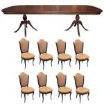 Conjunto para sala de jantar, constando de: A) Mesa de jantar estilo Regency em madeira nobre com tampo retangular. Montantes laterais construídos com segmentos de balaústre apoiados em pernas recurvas e filetadas. B) Acompanham oito cadeiras com encostos no formato de escudos, assentos com frentes abauladas e pernas curvilíneas. Estofamento em tecido bege. 79 x 300 x 110 cm (mesa). 105 x 51 x 49 cm (cadeiras).
