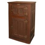 Antiga geladeira de madeira. Marca Ideal. Parte frontal com duas portas. Ferragens de época. Funciona com blocos de gelo na parte superior. 112 x 77 cm.