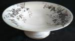 Sem marca - Fruteira Pasta Dura na tonalidade branca, acabamento com desenhos florais e folhagens, séc. XIX, formato circular, aprox. 9 x 22,5 cm de diam