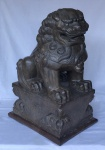 Magnifica escultura representando Leão Chines em cimento moldado com policromia cinza e base em madeira medindo 65 cm por 42 cm por 32 cm.