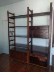 Vintage estante final da década de 60 em madeira nobre com estrutura desmontável em dois módulos medindo 240 cm de altura por 185 cm por 45 cm, em perfeito estado de conservação.