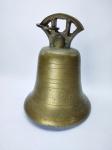 Belo sino produzido em bronze, medindo 22 cm de altura, conservado