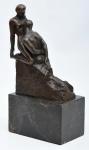 """Auguste Rodin (1840-1917). L'ÉTERNELLE IDOLE. Escultura em bronze, de influência simbolista, executada com a técnica da cera perdida, representando """"O Ídolo Eterno"""", obra de 1893, cuja versão em mármore de Carrara se encontra no Musée Rodin, em Paris. Auguste Rodin é considerado o pai da escultura moderna. Nesta obra, o artista escolheu representar a dominação da mulher sobre o homem que, ajoelhado à sua frente em atitude de adoração, parece render uma homenagem quase religiosa a uma divindade que lhe é indiferente. Na época em que Rodin criou a obra, sua relação amorosa com Camille Claudel estava no auge. A influência dos dois artistas sobre a respectiva produção é significativa e L´Eternelle Idole parece fazer eco com um dos carros-chefe da obra de Claudel, """"Sakountala"""". Base em mármore espanhol Marrom Emperador. Medidas (sem a base): Altura = 16 cm; Comprimento = 13 cm; Prof. = 6 cm; Altura (com a base): 23 cm. Peso (com a base) = 2,67 Kg. Assinada A. Rodin."""