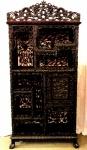 Móvel Chinês, executado em madeira nobre, decorado por entalhes vazados representando, Flores e Dragões. Séc. XIX.                                                                                                             Medidas:   Alt. 190 cm.  x  Larg. 96 cm.  x  Prof. 36 cm.
