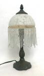 FRANÇA - Graciosa luminária francesa ao estilo art nouveau com bojo em pasta de vidro e penduricalhos. Mede 35 cm de altura. Temos outra neste mesmo leilão para formar par, opcional.