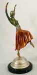 Fabulosa escultura em bronze com policromia, representando bailarina, apoiada sobre base de granito. Assinada. Mede 60 cm de altura.