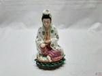 Escultura de gueixa em porcelana com policromia. Medindo 19cm de altura.