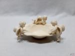 Petisqueira em porcelana com anjos em relevo. Medindo 17cm x 10,5cm x 7cm de altura.