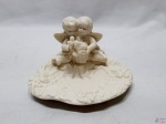 Saboneteira em porcelana com anjos em relevo. Medindo 13,5cm x 10cm x 8cm de altura.