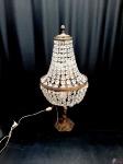Abajur em bronze ricamente trabalhado com cúpula de gotas em cristal. Medindo 68cm de altura. Funcionando perfeitamente.