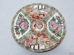 Prato decorativo em porcelana com pintura oriental. Medindo 22,5cm de diâmetro.