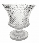 Espetacular vaso em antigo cristal Polonês lapidado em padrão Bico de Jaca, formato de Tazza. Med.: 20 cm de altura x 19 cm de diâmetro