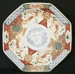Antigo prato octogonal Meiji Imari em porcelana pintado a mão. Japão, séc XIX. Med.: 23,5 cm de diâmetro