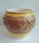 Cachepot  em cerâmica  com faixa trabalhada em alto relevo com cores amarelo e caramelo , medindo 20cm de diâmetro e 25cm de altura.
