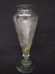 Belo vaso de vidro trabalhado com pé alto (colado na base), medindo 37cm de altura.