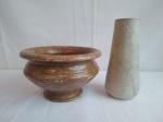 Duas peças, sendo um vaso solefleuer, medindo 12cm de altura, e um cachepot, medindo 20cm de diâmetro e 20cm de altura, ambos em vidro.