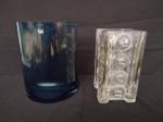 Duas peças, sendo um vaso na cor azul, em formato meia lua, medindo boca 16x7cm e 20cm de altura, e um outro vaso com detalhes em formato de bolas, medindo boca 10x10cm e 18cm de altura.