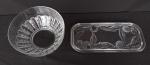 Duas peças em vidro, sendo um prato para rocambole, medindo 33x15cm, e um bowl, medindo 21cm de diâmetro e 10cm de altura.