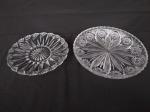 Dois pratos para bolo em vidro trabalhado, medindo o maior 29cm de diâmetro e o menor 25cm de diâmetro.