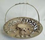 PRATA DE LEI   - Belíssima cesta em prata contrastada (águia), com fundo em galerias vazadas (apresenta partes soltas na galeria ), medindo 32 cm de diâmetro e pesa, 810 gramas