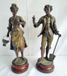 Par de esculturas francesas em petit bronze, fixados em base de madeira com 15 cm de altura, representando uma florista e um jardineiro ( medem 47 cm de altura) .