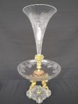 Belíssima e imponente  fruteira em cristal francês adornado, com querubins em bronze e base em cristal trabalhado no formato de bico de jaca com dois estágios. medindo 25 cm de diâmetro e 52 cm de altura.