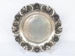 PRATA DE LEI  -  Belíssimo medalhão em prata com bordas ricamente tralhadas com volutas, contraste águia, 35 cm de diâmetro e pesa 610 gramas.